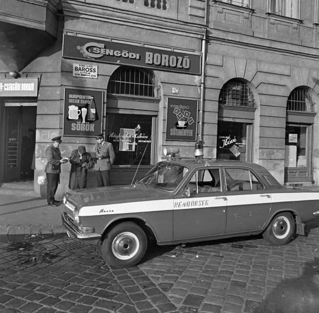 1972_magyar_rendorseg_gaz-24_volga_jarorautoval_budapesten_a_baross_utcaban.jpg