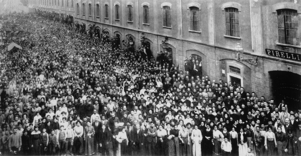 1905_pirelli_workers_gathered_in_front_of_their_factory_for_a_mass_photo_milan_italy.jpg