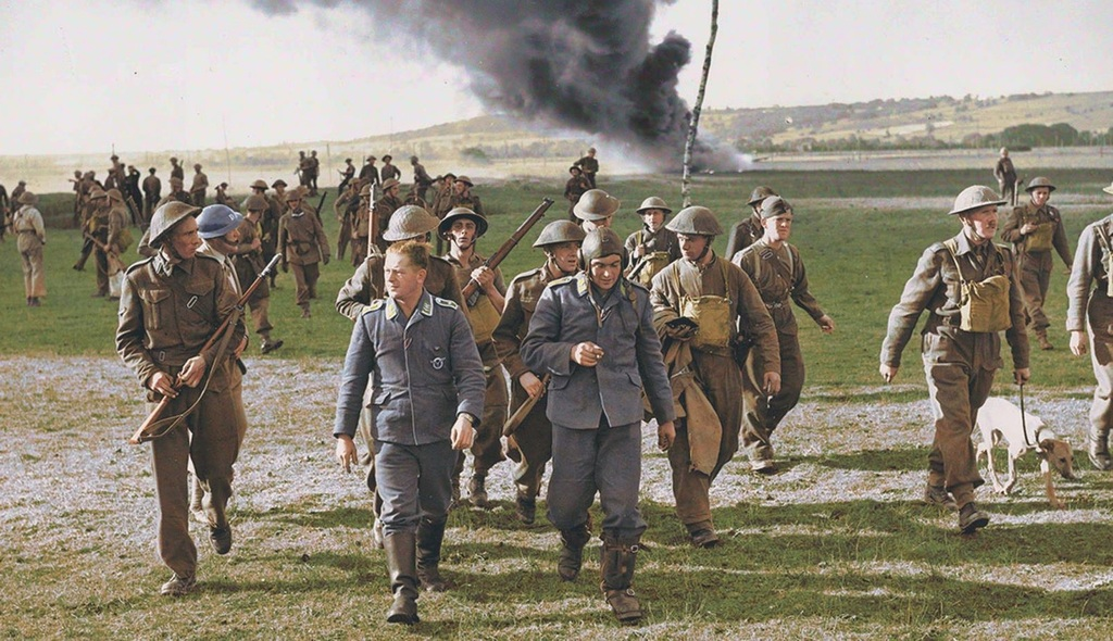 1940_szeptember_captured_german_aircrew_walk_away_from_their_burning_heinkel-111_burmarsh_kent_uk.jpg