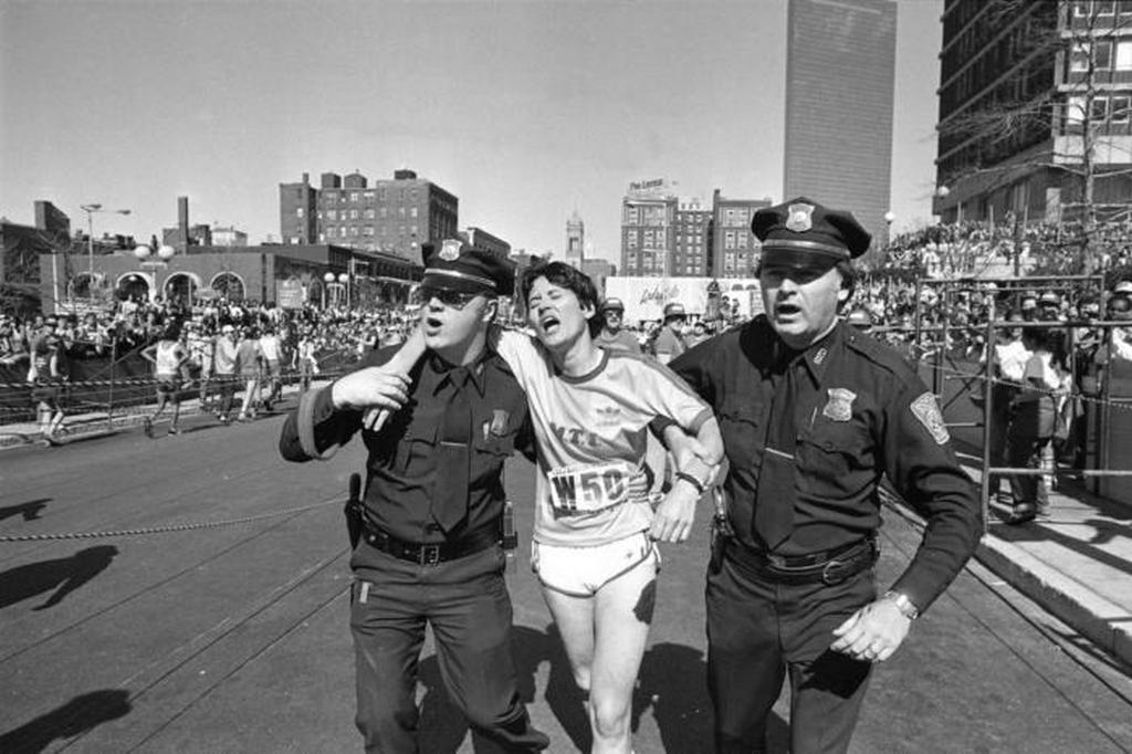 1980_rend_rok_segitenek_rosie_ruiz_kesobb_csalasert_kizart_gy_ztesnek_a_celbaerkezese_utan_a_bostoni_maratonon.jpeg