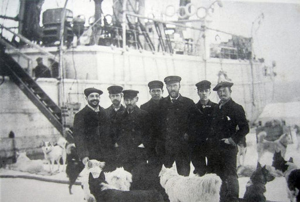 1900_the_staff_of_the_italian_ship_stella_polare_during_the_1900_attempt_to_reach_the_north_pole.jpg