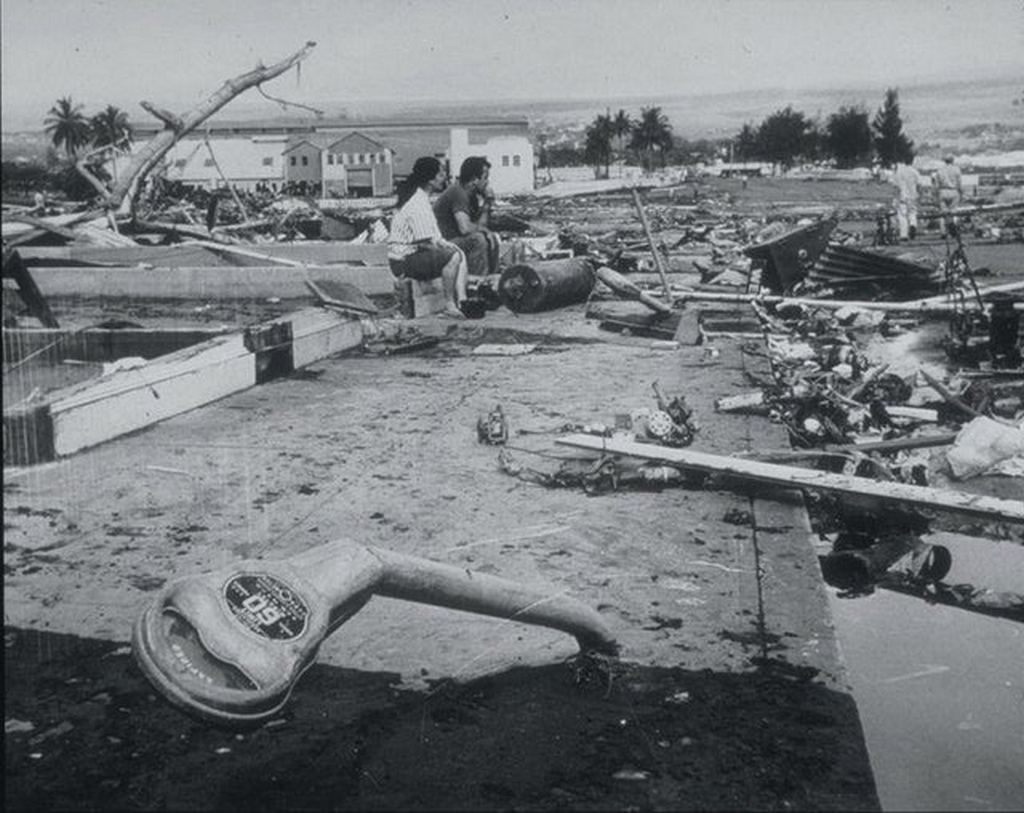 1960_majus_23_people_in_hilo_hawaii_look_at_the_destruction_caused_by_a_10_5_meter_tall_tsunami_after_a_magnitude_9_5_earthquake_in_valdivia_chile.jpg