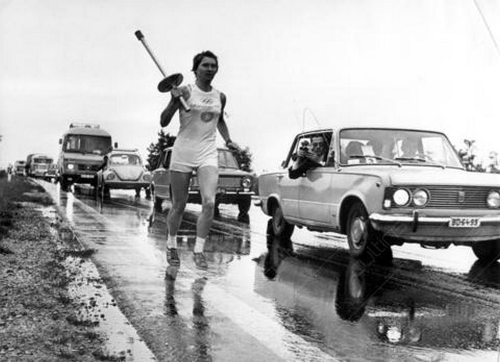 1972_a_munchenben_rendezett_nyari_olimpiara_erkezo_olimpiai_lang_utja_magyarorszagot_is_erintette_a_faklya_utvonala_roszke_szeged_kecskemet_budapest_tata_gyor_es_vegul_hegyeshalom_volt.jpg
