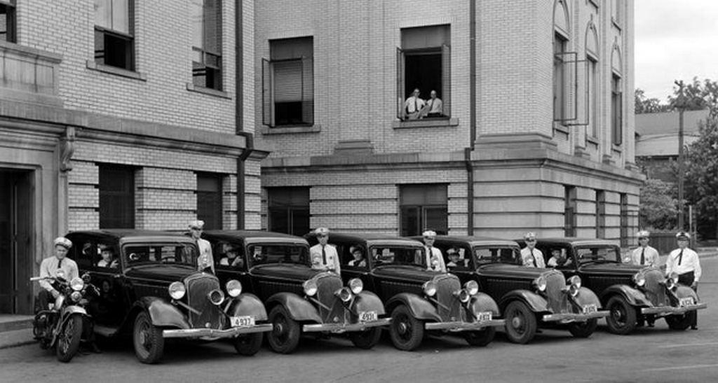 1934_lexington_kentucky_police_cars_with_built-in_gun_ports.jpg