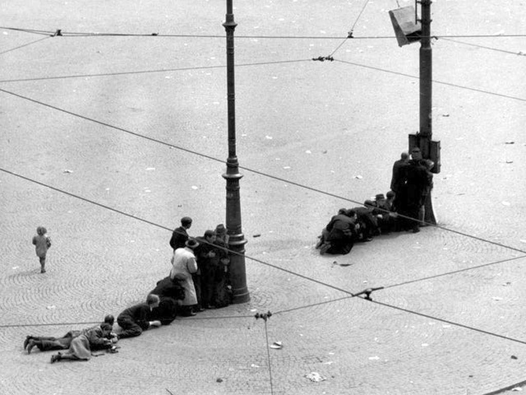1945_majus_7_people_seeking_shelter_behind_lamp-posts_at_dam_square_amsterdam_after_german_troops_opened_fire_at_the_celebrating_masses_22_killed_120_injured.jpg