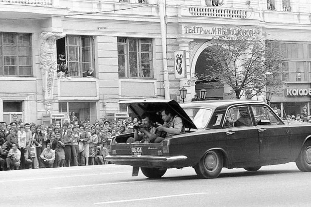 1980_julius_a_moszkvai_olimpiara_erkezo_faklya_utjat_filmezik_egy_volga_csomagtartojabol.jpeg