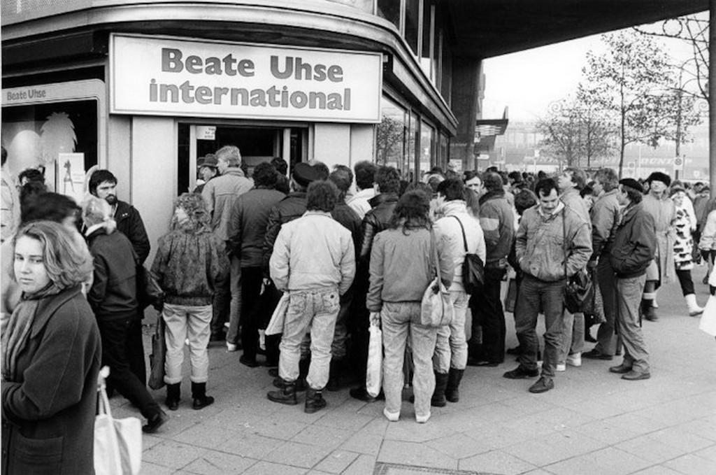 1989_a_varolista_az_ndk_elso_beate_uhse_szexboltjaban_1989_december_berlin.jpeg