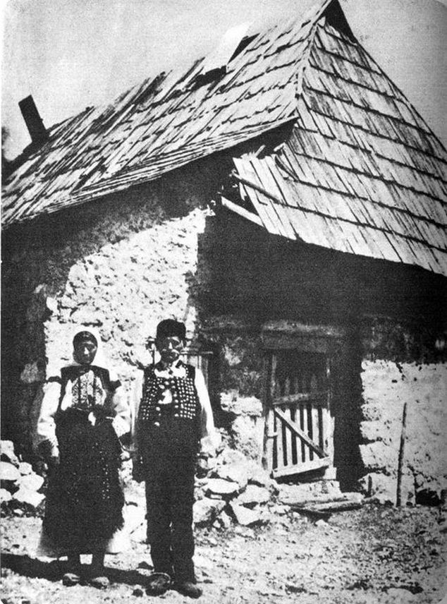 1905_korul_gavrilo_princip_s_parents_if_front_of_their_house_cr.jpg