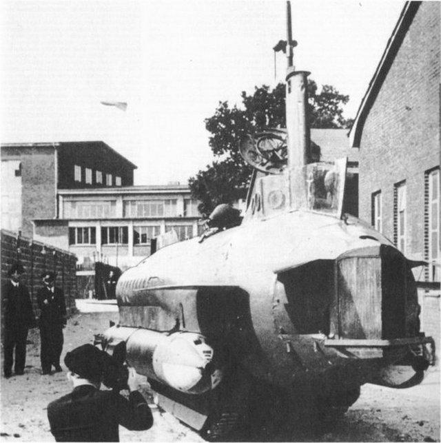 1944_seeteufel_german_tank-submarine_hibrid_early_photo_of_the_prototype_examined_by_kriegsmarine_officers.jpg