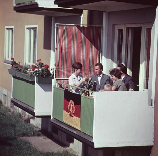 1963_kelet-nemet_csalad_uj_lakasuknak_az_erkelyen_berlinben.jpeg