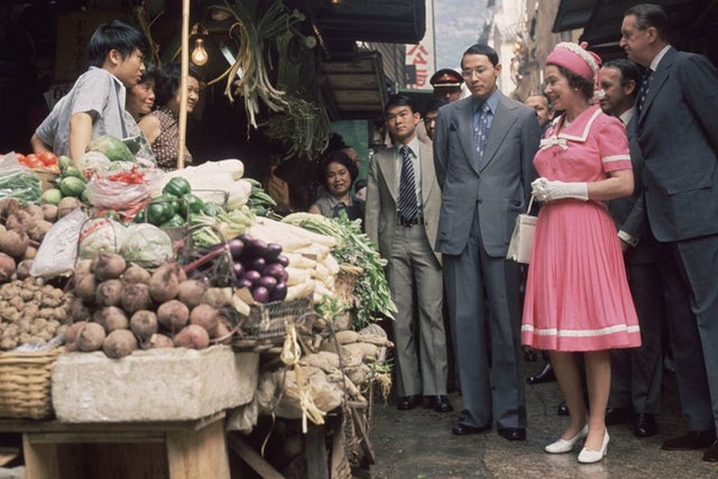 1975_majus_queen_elizabeth_ii_visits_a_market_stall_during_a_royal_tour_of_hong_kong.jpg