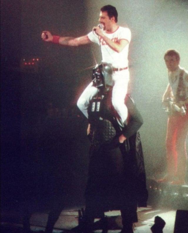 1980_freddie_mercury_is_on_darth_vader_s_shoulders_during_the_concert.jpg