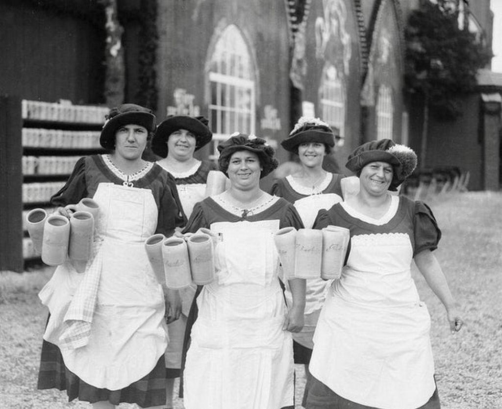 1928_waitresses_at_oktoberfest_in_munich_germany.jpg