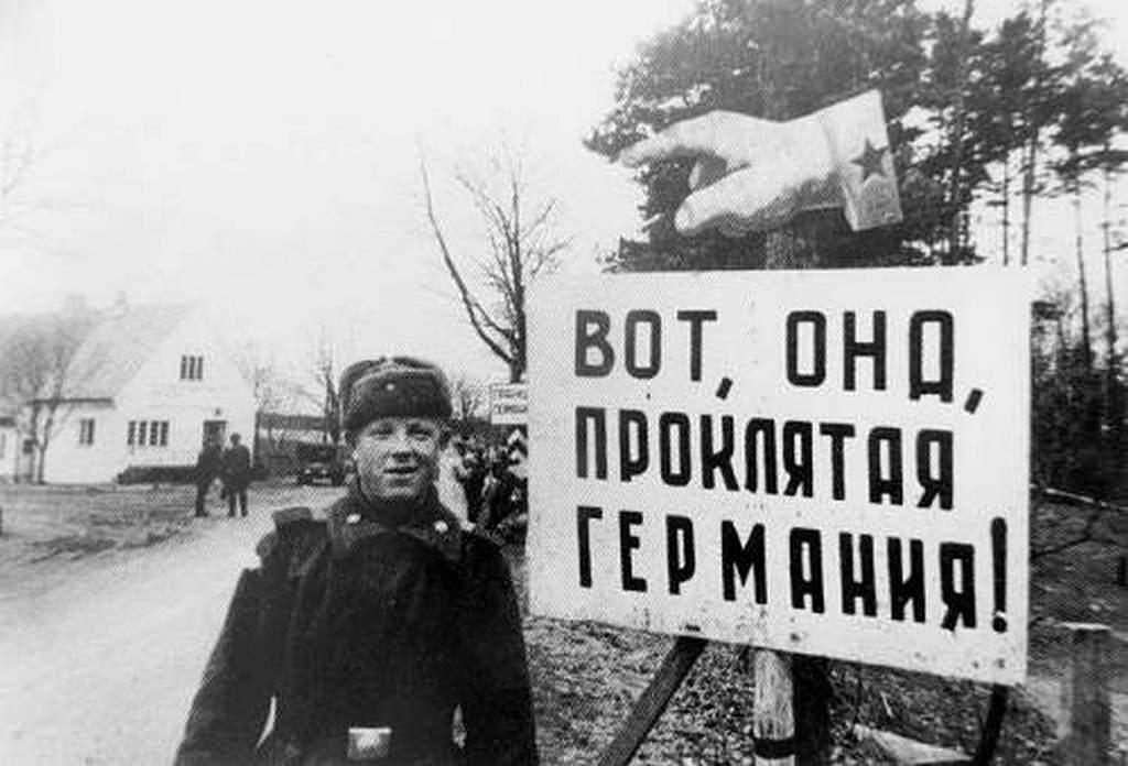 1945_voros_hadsereg_ormestere_pozol_a_itt_van_az_atkozott_nemetorszag_tabla_mellett_kelet-poroszorszag_es_a_szovjetunio_hataran.jpeg