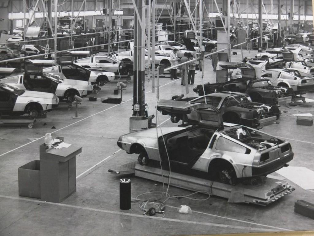 1982_delorean_dmc-12_sportautok_osszeszerelese_a_delorean_motor_company_autogyaraban_dunmarry-ban_eszak-irorszagban.jpg
