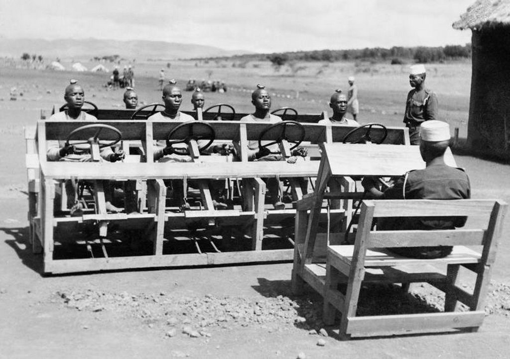 1943_askaris_of_the_king_s_african_rifles_learning_how_to_change_gear_kenya1.jpg
