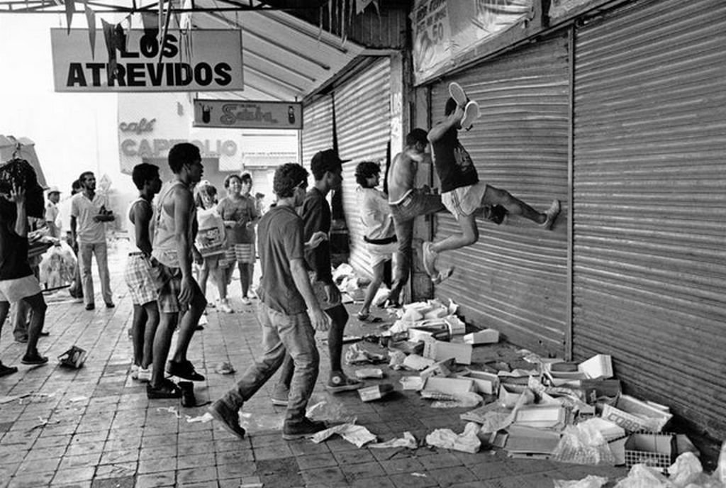 1989_december_looters_assault_a_store_in_the_commercial_area_of_calidonia_in_panama_city_during_the_us_invasion.jpg