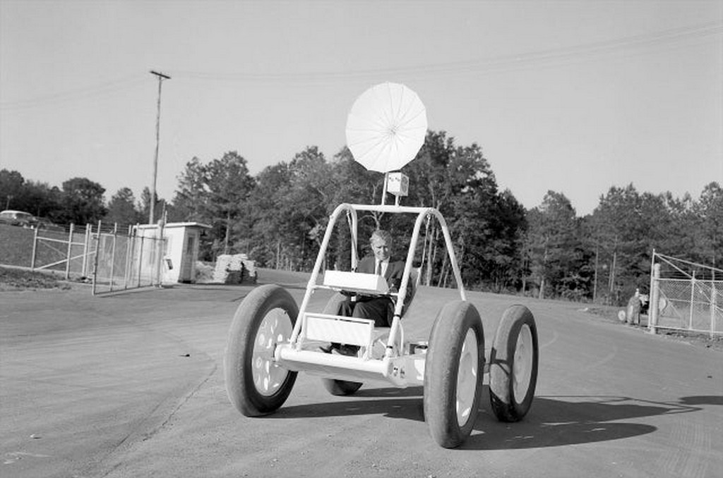 1960-as_evek_wernher_von_braun_drive_the_first_prototype_of_lunar_rover.jpg