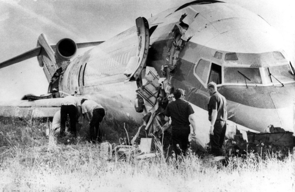1975_continental_airlines_727_crashed_on_its_belly_at_stapleton_international_airport_in_denver_colorado_august_8_1975_the_crash_impact_cracked_the_nose_and_tail_sections_of_the_plane.jpg