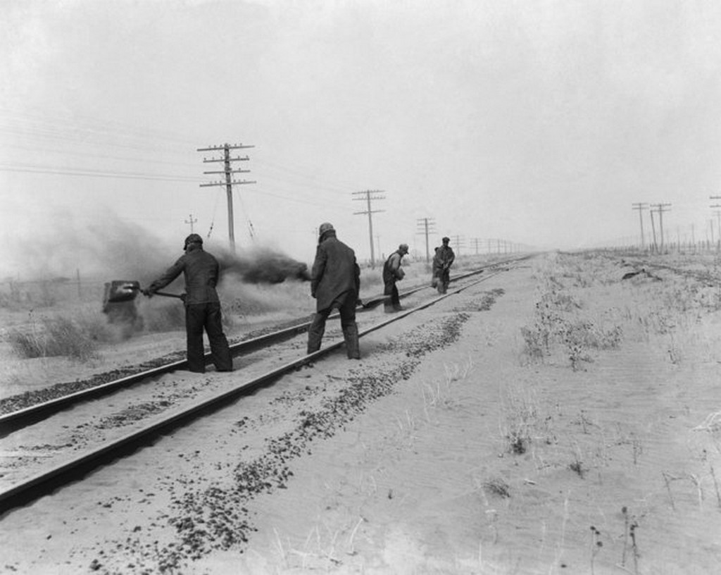1935_syracuse_western_kansas_during_the_dust_storms_group_of_men_sweeping_the_dust_from_the_tracks.jpg