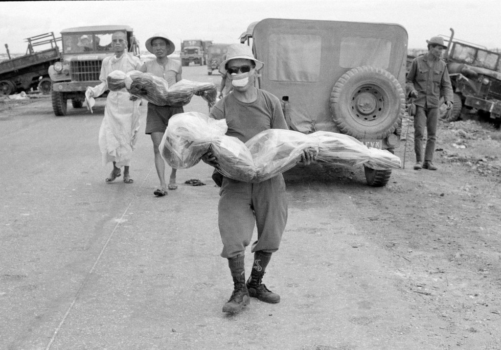 1972_civilians_carry_bodies_of_relatives_killed_in_an_ambush_along_route_1_south_of_quang_tri_vietnam.jpg