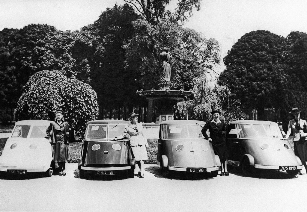1941_majus_the_new_type_of_electric_car_exhibited_for_the_first_time_on_occasion_of_a_fashion_show_in_paris.jpeg