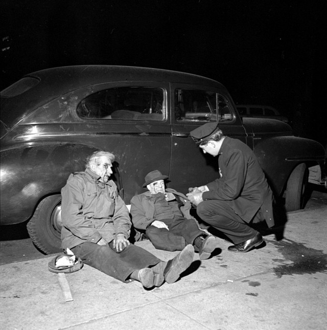 1953_police_officer_arresting_two_suspects_on_christmas_eve_in_new_york.jpeg