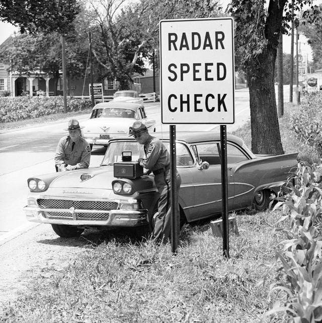 1960_pennsylvania_state_police_with_a_new_radar_machine.jpeg