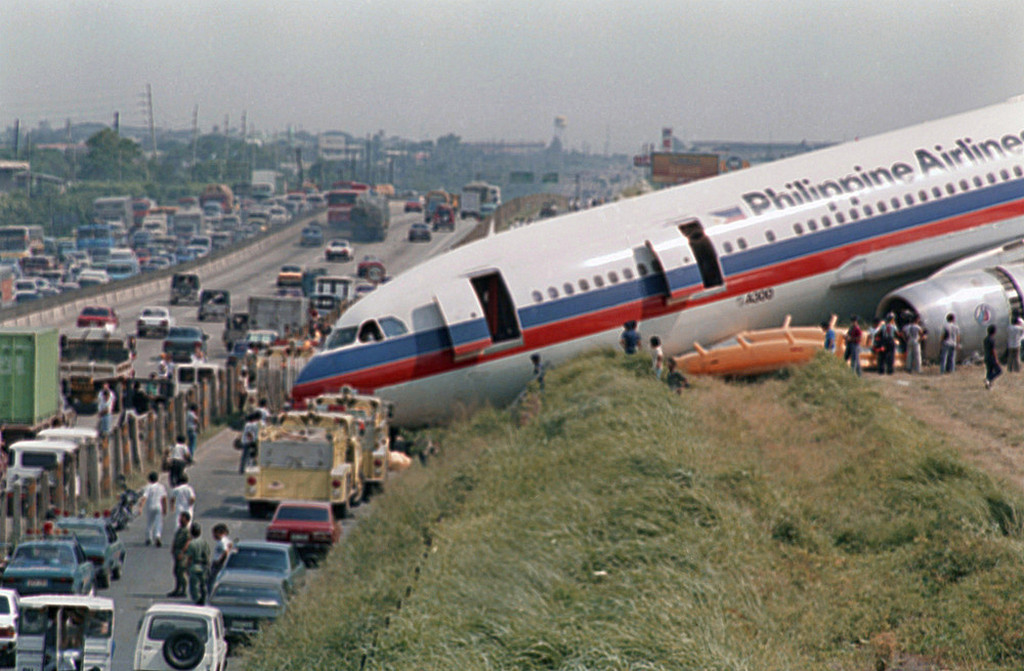 1987_philippine_airlines_a300_airbus_plane_lies_near_the_service_road_of_a_highway_south_of_manila_after_it_overshot_the_runway.jpeg