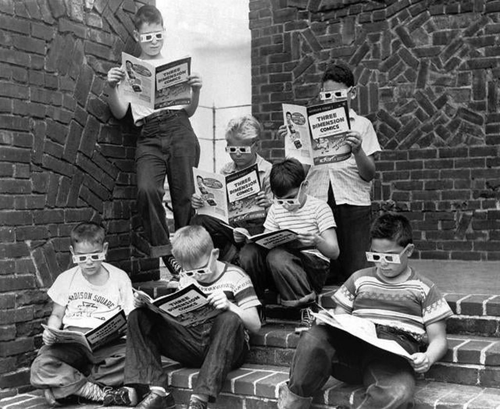 1953_kids_reading_a_3d_mighty_mouse_comic.jpg