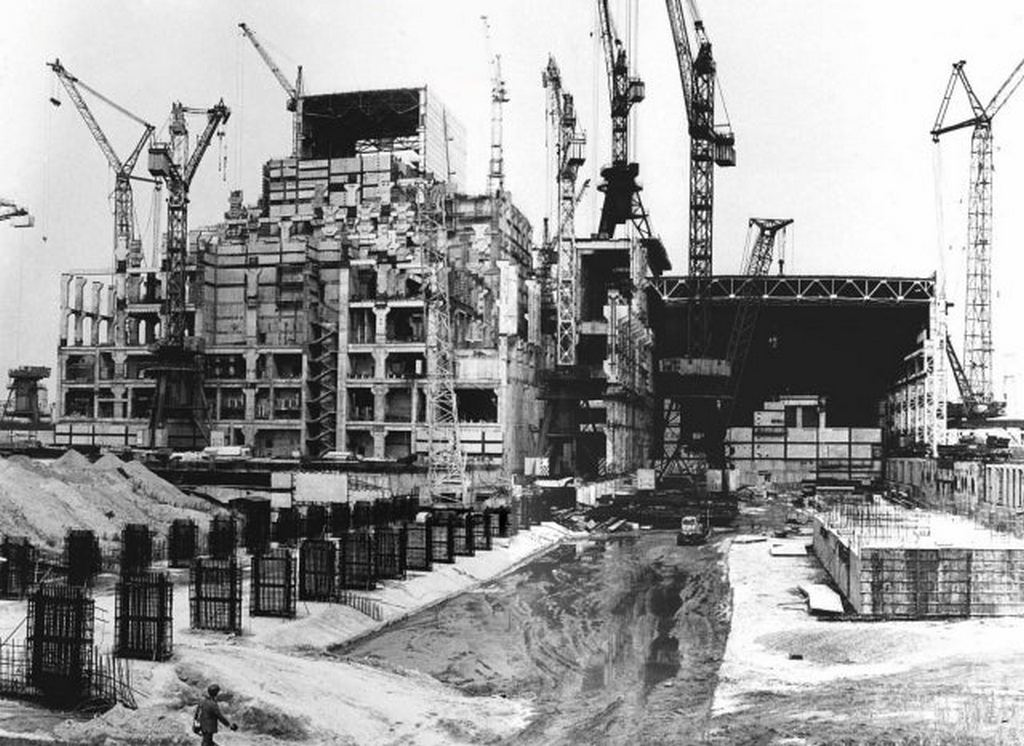 1980_construction_of_the_chernobyl_reactor_building_for_the_power_unit_no_4.jpg