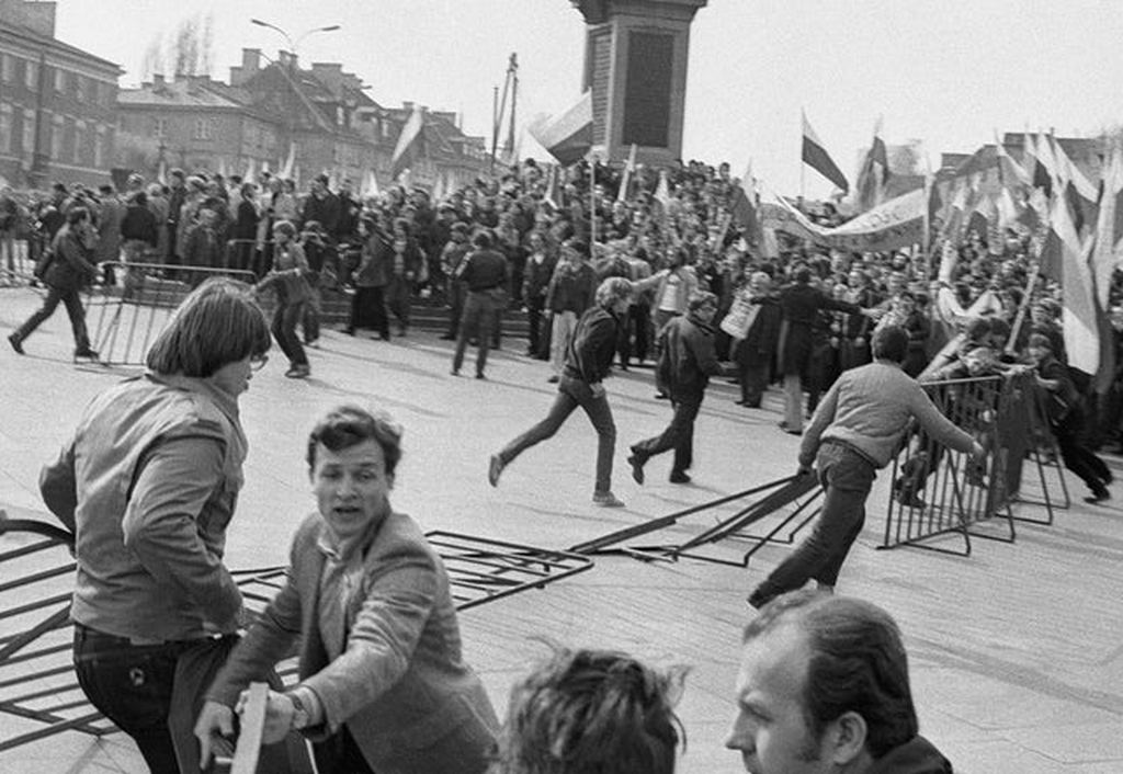 1982_majus_the_members_of_solidarno_during_the_martial_law_in_poland_protesting_in_warsaw.jpg