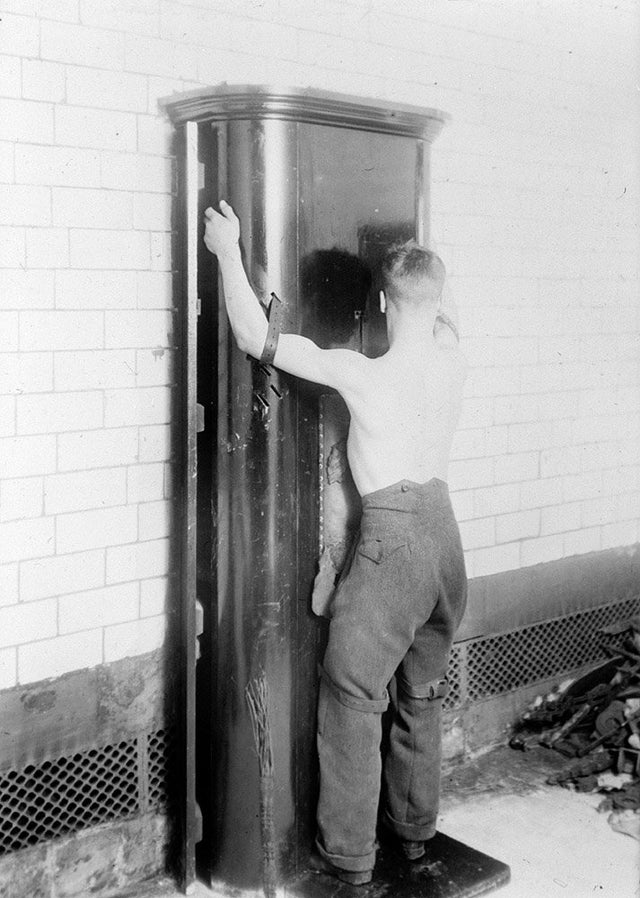 1894_flogging_stand_in_govan_police_station_scotland.jpg