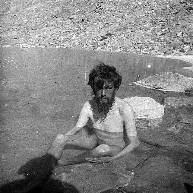 1902_az_angol_okkultista_iro_es_kolto_aleister_crowley_jeges_toban_furdik_a_k2-es_expedicio_soran_a_himalajai_tersegben.jpg