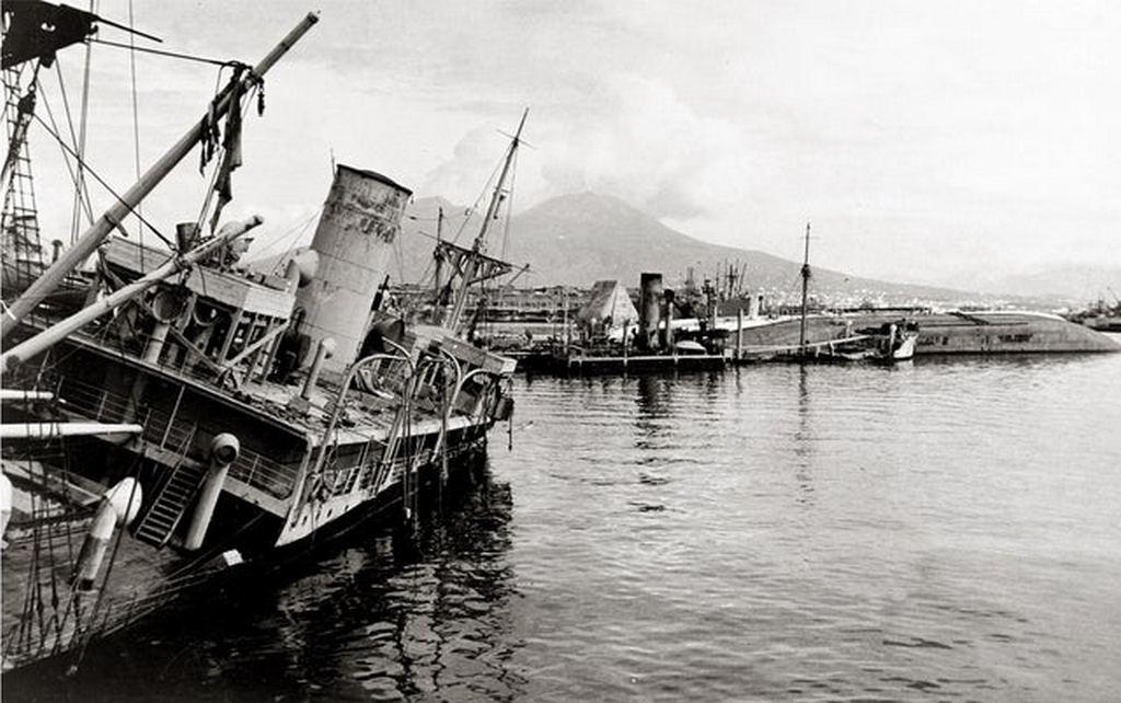 1943_the_harbour_of_naples_littered_with_wrecks_of_sunken_ships.jpg