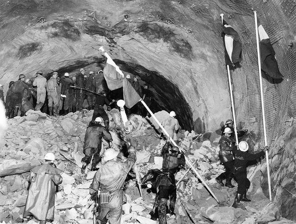 1962_augusztus_14_meeting_of_the_italian_and_french_drilling_parties_during_the_construction_of_the_mont_blanc_tunnel.jpg