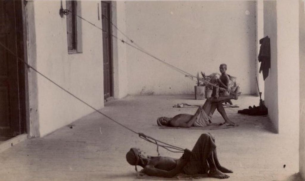 1901_punkah_wallahs_in_action_british_india_early_1900s_a_punkah-wallahs_were_manual_fan_operators_in_india_before_the_electric_fan_who_worked_ceiling_fan_with_a_pulley_system.jpg