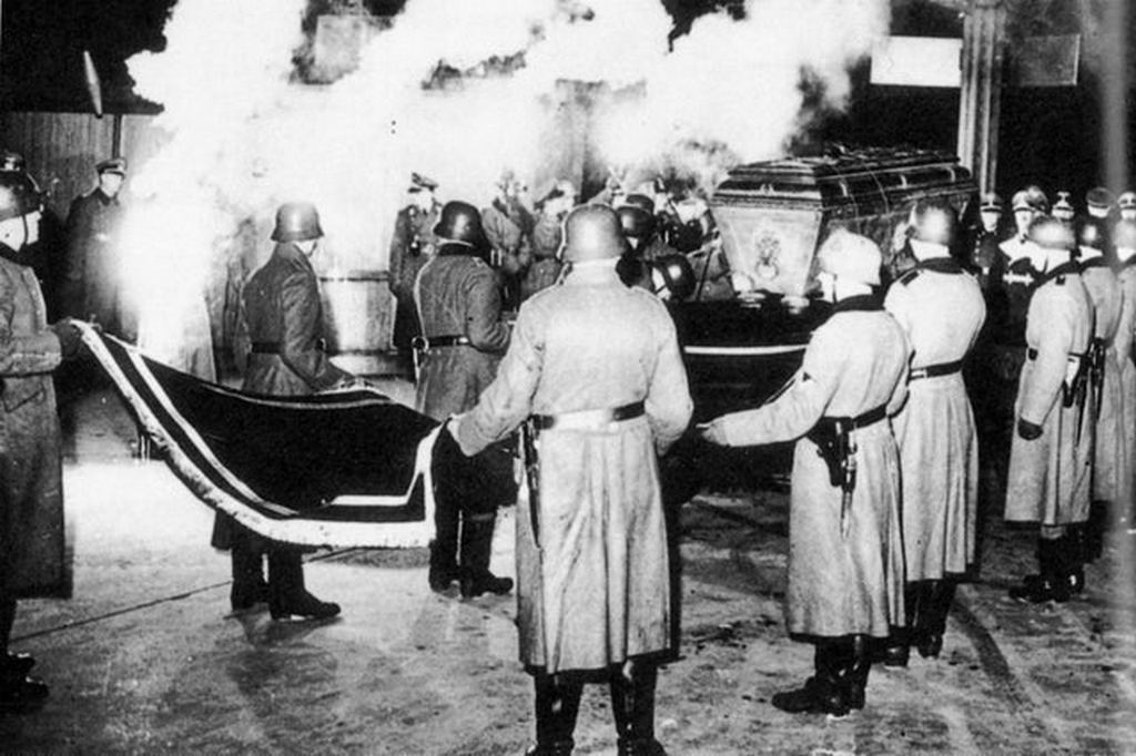 1940_december_nazi_soldiers_carrying_coffin_with_remains_of_napoleon_ii_napoleon_only_legitimate_son_to_the_dome_of_les_invalides_in_paris.jpg