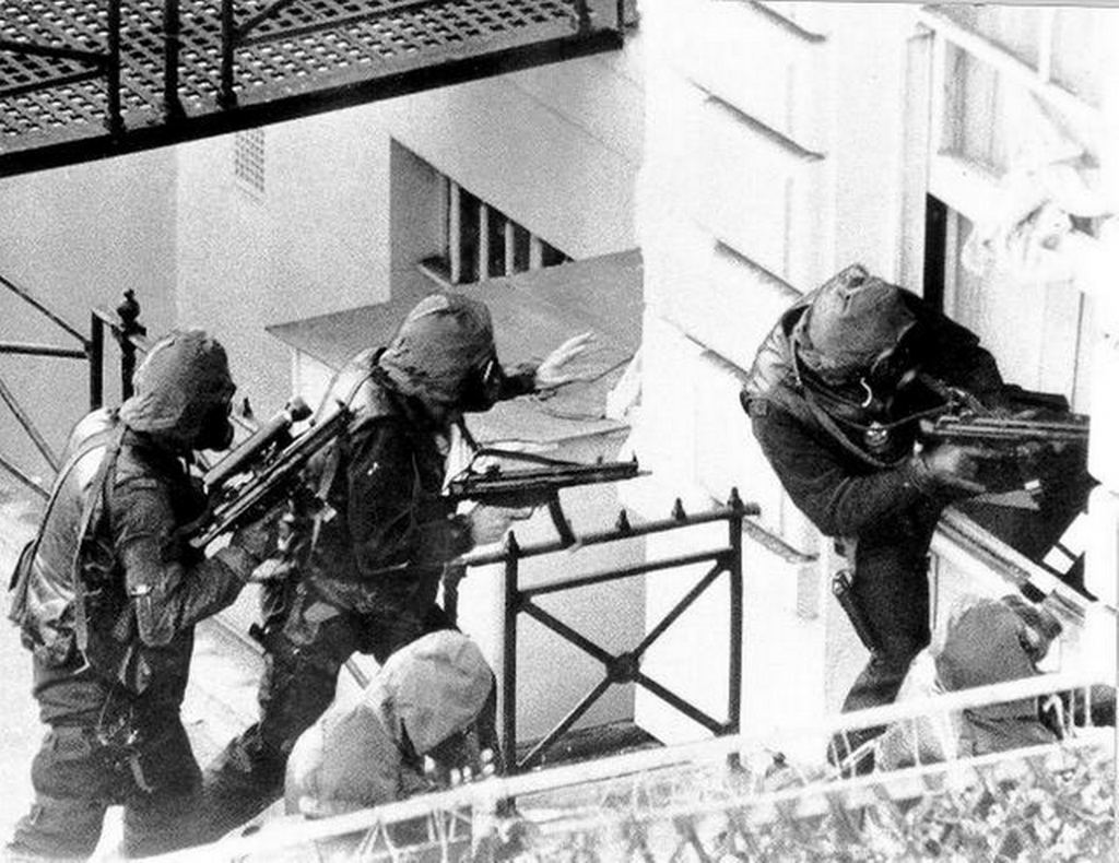 1980_majus_5_sas_soldiers_storm_the_iranian_embassy_in_london_during_the_siege.jpg