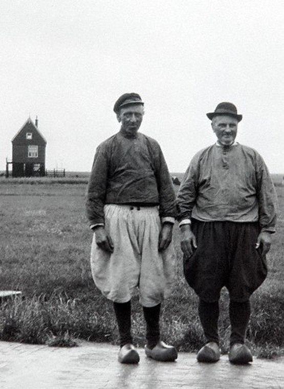 1910_villagers_from_marken_the_netherlands_1.jpg