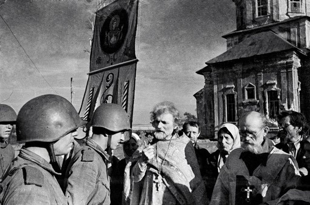 1942_russian_priests_blessing_red_army_soldiers_during_ww2_this_practice_was_allowed_by_stalin_to_raise_wartime_morale_after_furious_anti-church_policy_of_the_1930_s_ussr.jpg