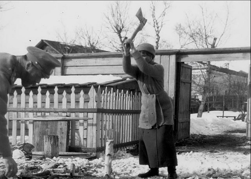 1917-18_nicholas_ii_during_his_exile_during_the_1917-1918_winter_while_his_eldest_daughter_olga_is_chopping_woods.jpg