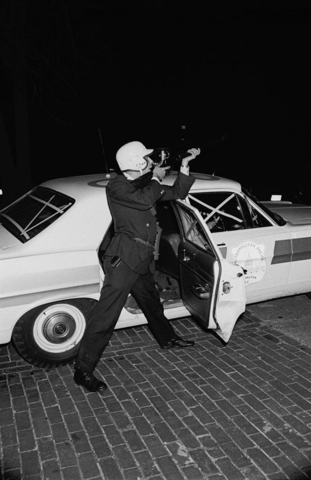 1968_aprilis_d_c_officer_fires_the_sniper_that_already_wounded_several_policemen_and_emergency_responders_during_the_washington_d_c_riots_following_the_murder_of_martin_luther_king.png