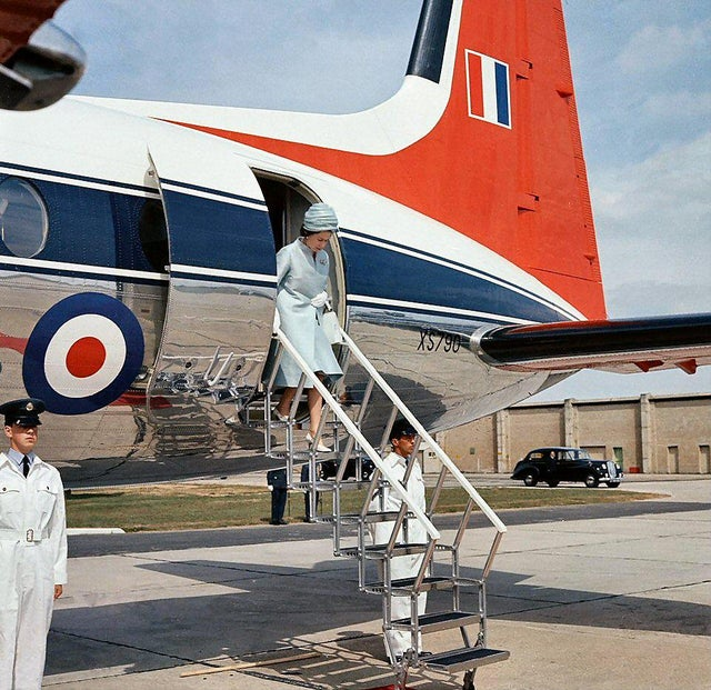 1964_the_queen_leaving_a_hawker_siddeley_andover_whilst_visiting_raf_thorney_island.jpg