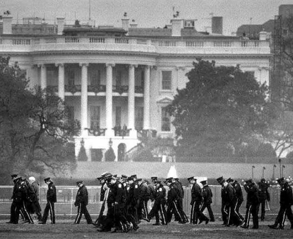 1994_d_c_police_officers_and_secret_service_agents_searching_the_area_around_the_white_house_for_shell_casings_after_francisco_martin_duran_s_failed_attempt_to_assassinate_president_bill_clinton_with_a_rifle.png