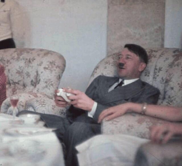 1939_hitler_50_szuletesnapjan_a_legujabb_spielstation39-el_jatszik.jpg