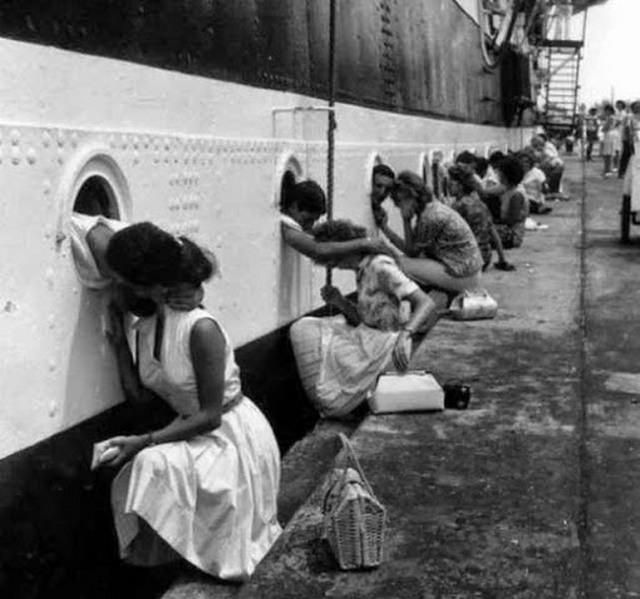 1943_amerikai_holgyek_mossak_ki_utoljara_ferjeiket_es_volegenyeiket_mielott_utjukra_engednek_oket_a_csendes-oceani_hadszinterre.jpg