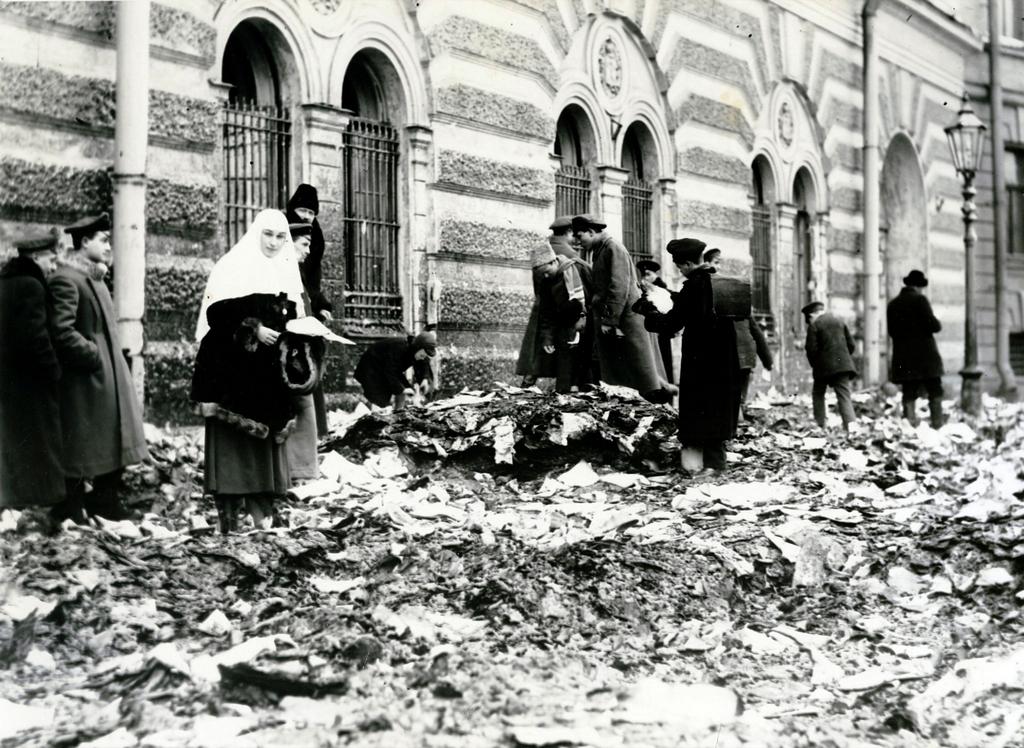 1917_februar_a_petrogradi_felkeles_utan_a_rendori_leveltar_felig_elegett_anyagai_kozott_turkalnak_az_emberek.png