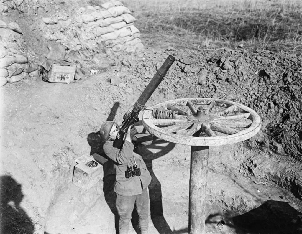 1918_korai_brit_legvedelmi_eszkoz_lewis-fele_konnyu_geppuskabol_franciaorszagban.jpg