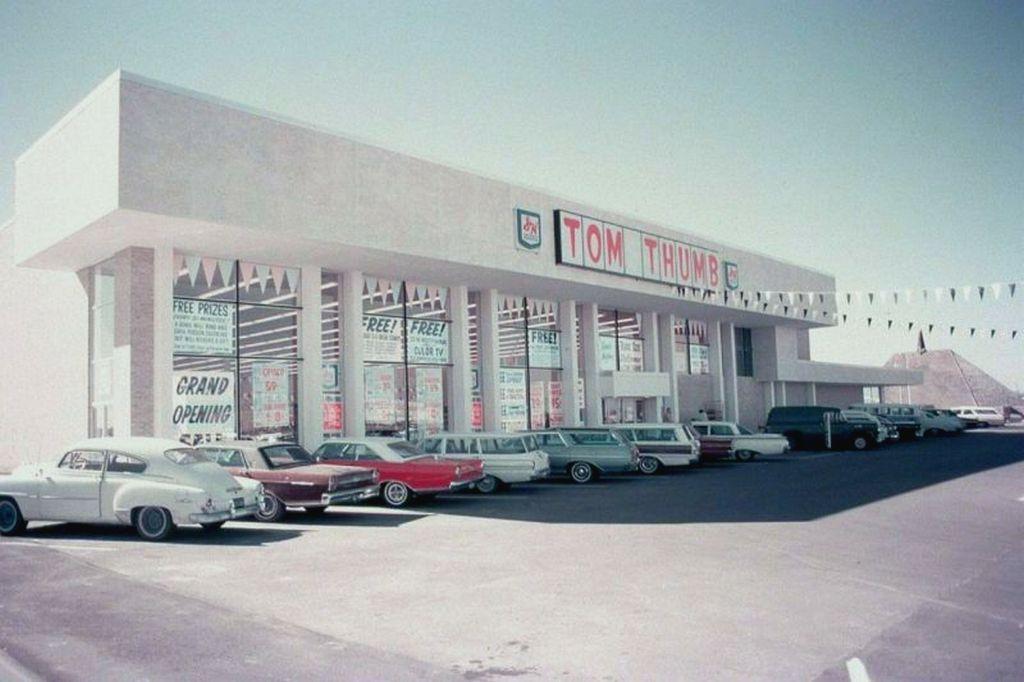 1966_az_egyik_dallasi_tom_thumb_huvelyk_matyi_szupermarket_a_nyitas_napjan_az_1948-ban_alapitott_aruhazlanc_a_mai_napig_letezik.jpg